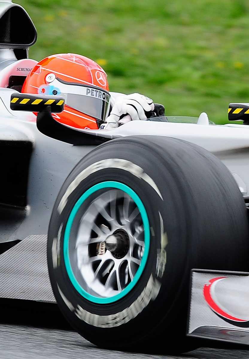 2010 Närbild på Schumacher i sin Mercedes under ett lopp i Spanien.