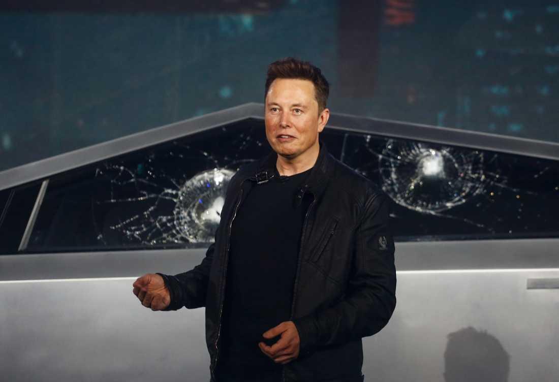 Teslas vd Elon Musk under presentationen av fordonet som inte skulle kunna få repor eller bucklor.