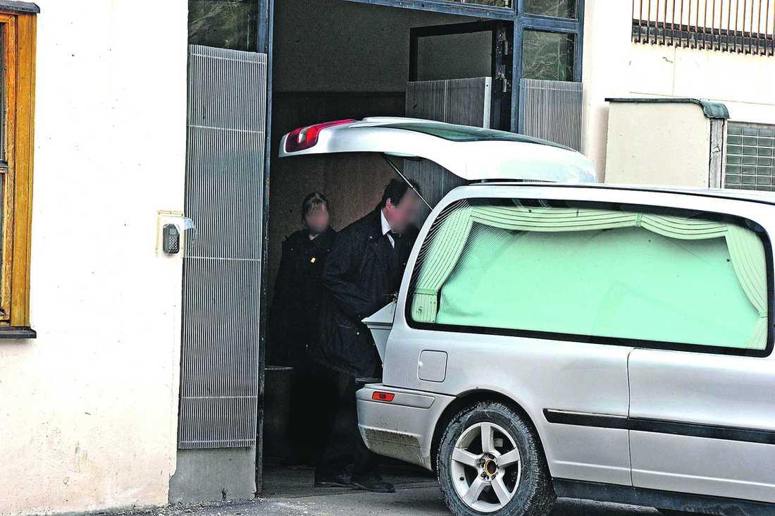 En anställd på Fonus hämtar en kista på krematoriet vid Skogskyrkogården i Stockholm.