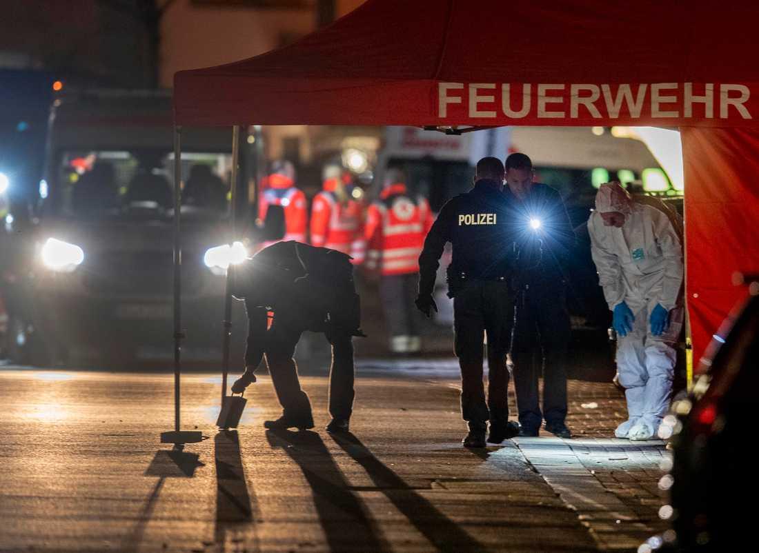Polisen undersöker en av brottsplatserna i tyska Hanau efter dådet.