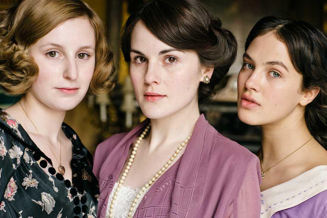 Laura Carmichael som Lady Edith Crawley, Michelle Dockery som Lady Mary Crawley och Jessica Brown-Findlay som Lady Sybil Crawley.