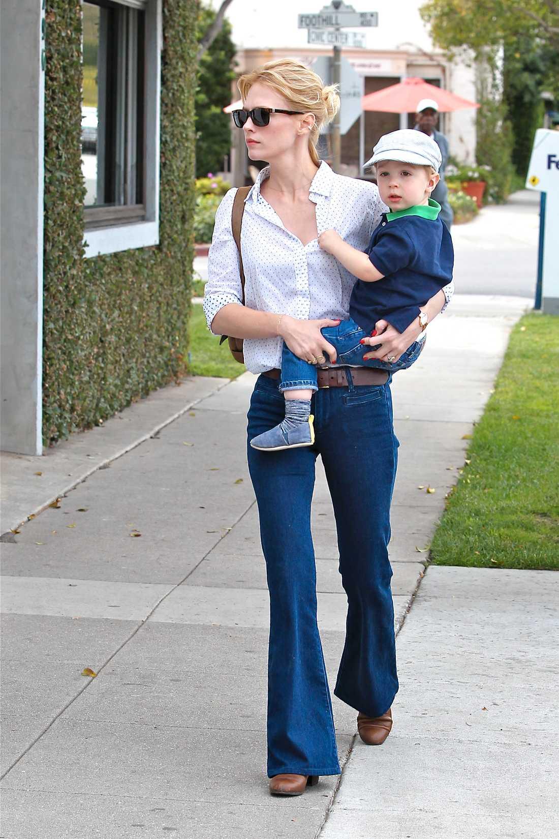 """January Jones """"Mad Men""""-stjärnan January Jones tog med sig sonen till hårsalongen och var snygg, så snygg, i utsvängda jeans, öppen skjorta och perfekta solbrillor."""