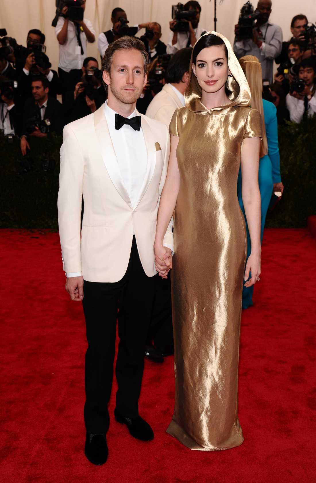 Adam Shulman och Anne Hathaway på årets MET-gala i New York.