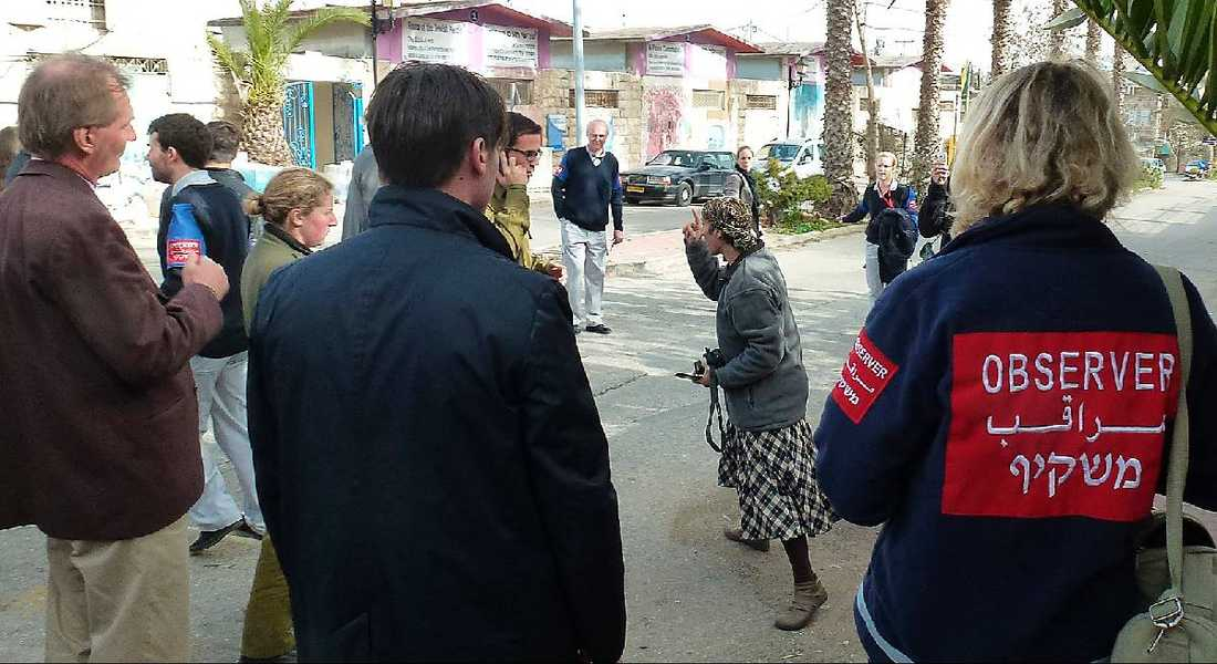 SLOG TRE SLAG Säpovakterna fick gå emellan när den kvinnliga bosättaren dök upp under rundvandringen i Hebron.