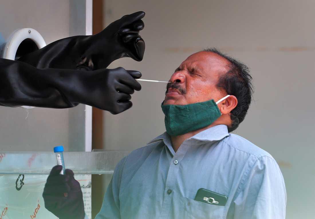 En man testas för coronaviruset på ett sjukhus i Hyderabad i Indien.