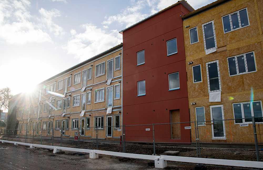 På en parkering vid köpcentrat Mobilia vid Per Albin Hanssons väg i Malmö bygger Malmö Stad ett tillfälligt boende för hemlösa