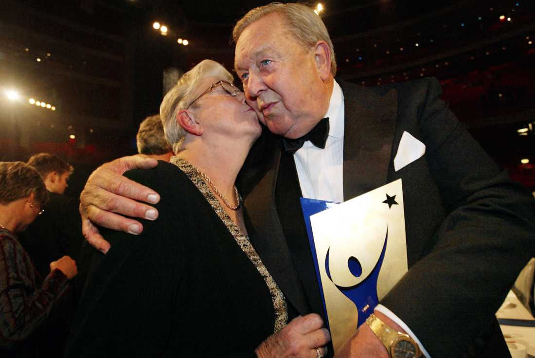 Frun Lola fanns vid hans sida till sin död 2017.
