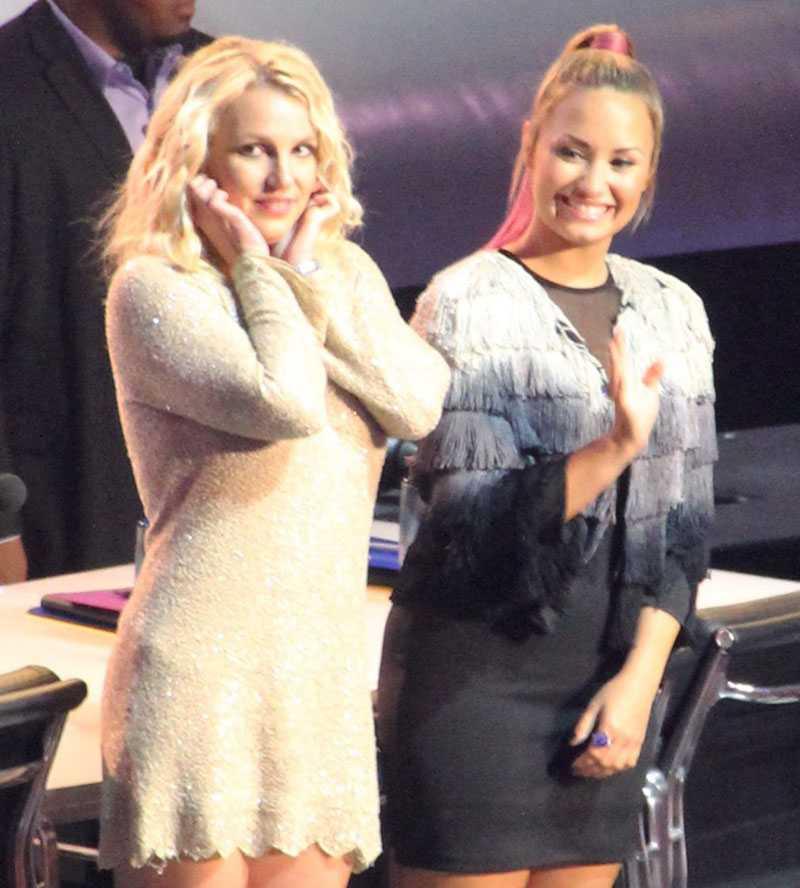 """HÅLL I HATTEN! Britney Spears och Demi Lovato i """"X factor"""" när programmet besökte Oakland för en månad sedan."""