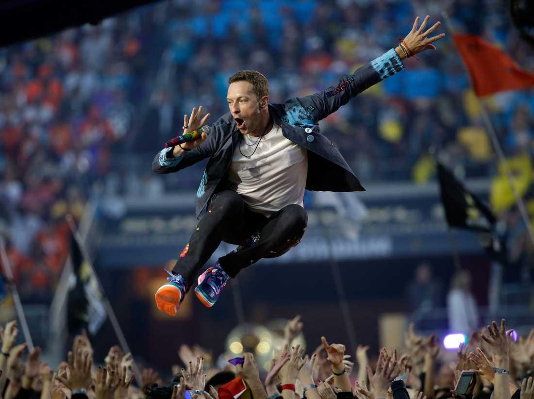 Chris Martin under Coldplays framträdande på Super bowl 2016.