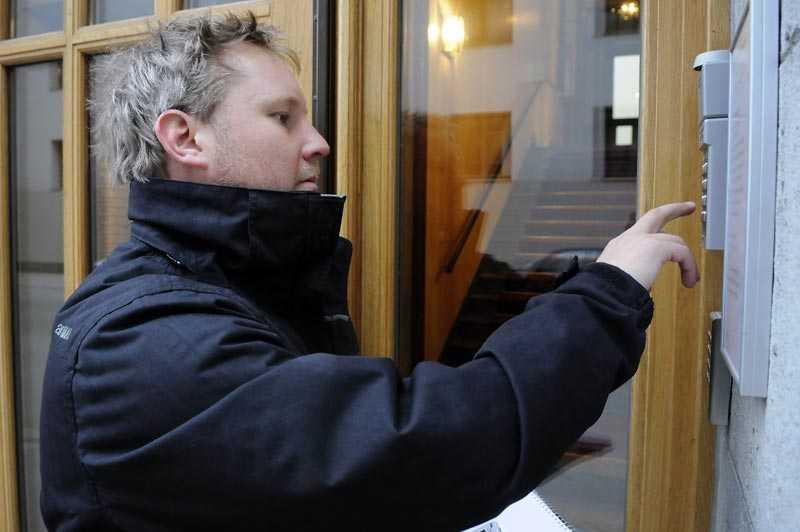 Sportbladets Robert Laul söker Martin Klette på dennes kontor i Stockholm. Han är inte där.