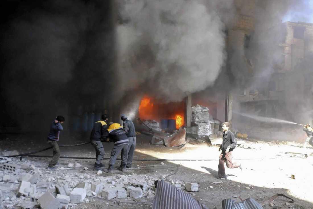 Räddningstjänsten i östra Ghouta försöker släcka en brand som uppstått efter bombangrepp. Bilden kommer från det regimkritiska aktivistnätverket Ghouta Media Center och distribueras av nyhetsbyrån AP.
