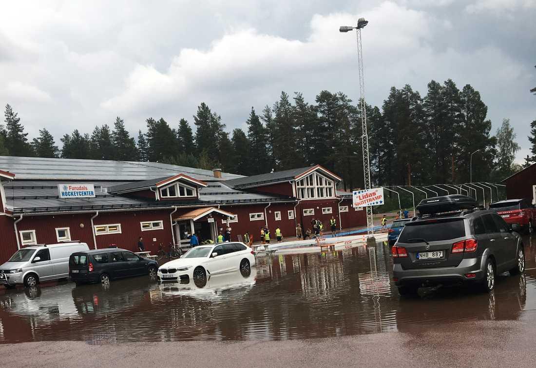 Skyfall över sommarhockeyskolan i Furudal. Helt plötsligt börjar det åska och det kom en väldans skur som gjorde att det blev stopp i vattenbrunnarna och hela parkeringen blev ett bad, säger vittne.