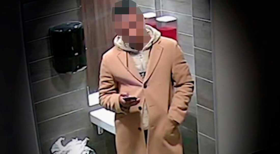 Här fångas misstänkte gärningsmannen på film.
