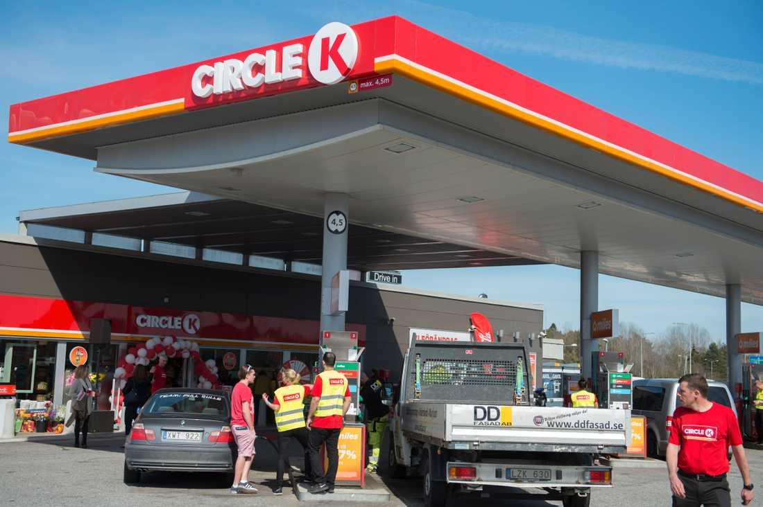 Ledande bensinbolag höjer priset på bensin. Arkivbild.