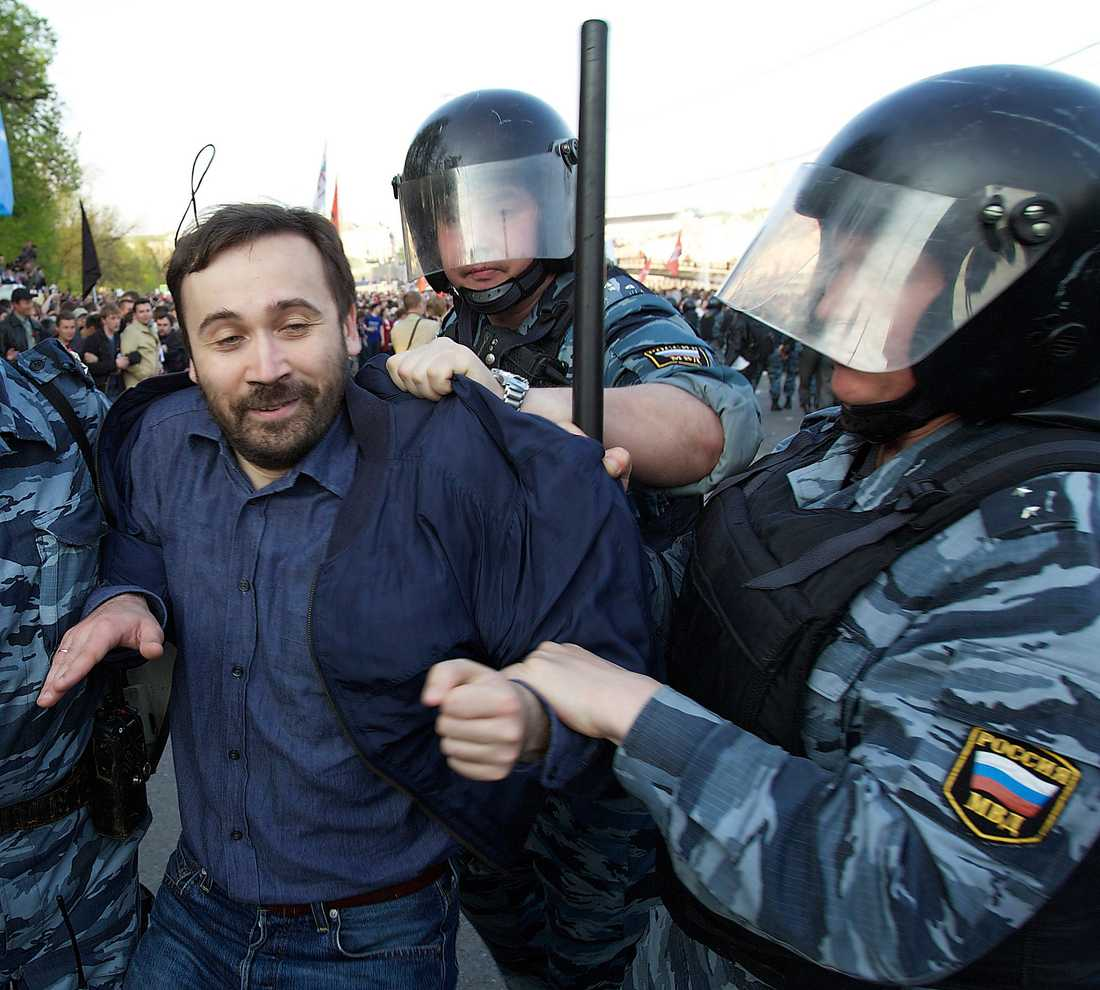 Stämplad som landsförrädare Oppositionspolitikern Ilja Ponomarjov förs bort av kravallpolis i samband med protester mot Putin vid Bolotnajatorget 2012. I dag lever Ponomarjov som politisk flykting i USA. Foto: AP