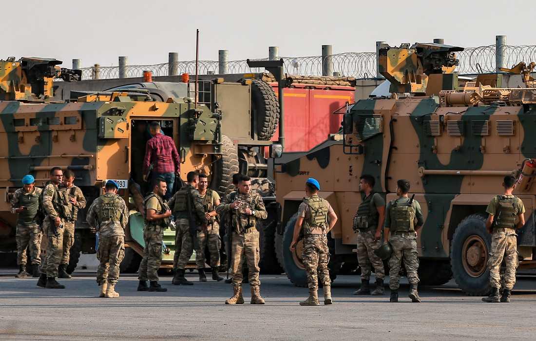 Turkiska soldater förbereder sig på att gå över gränsen mot Syrien.