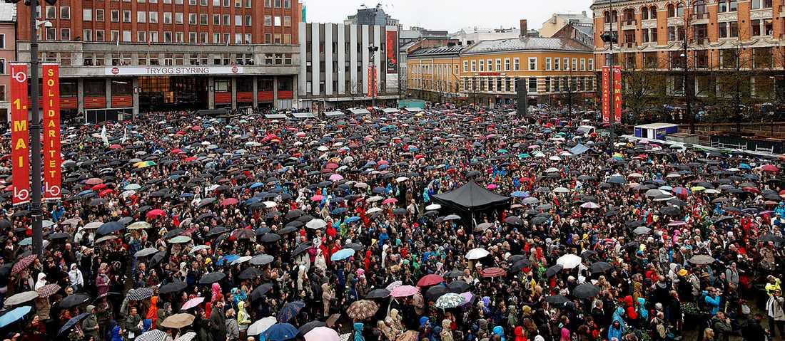 """Stor uppslutning Mer än 40000 människor trotsade regnet för att samlas utanför Arbeiderpartiets lokaler i Oslo och sjunga """"Barn av regnbuen"""". Sången är en symbol för det toleranta och öppna Norge som Anders Behring Breivik är motståndare till."""