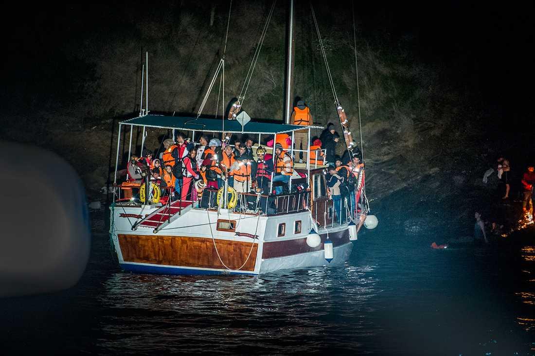 Flyktingarnas båt hade gått på grund utanför ön Samos.