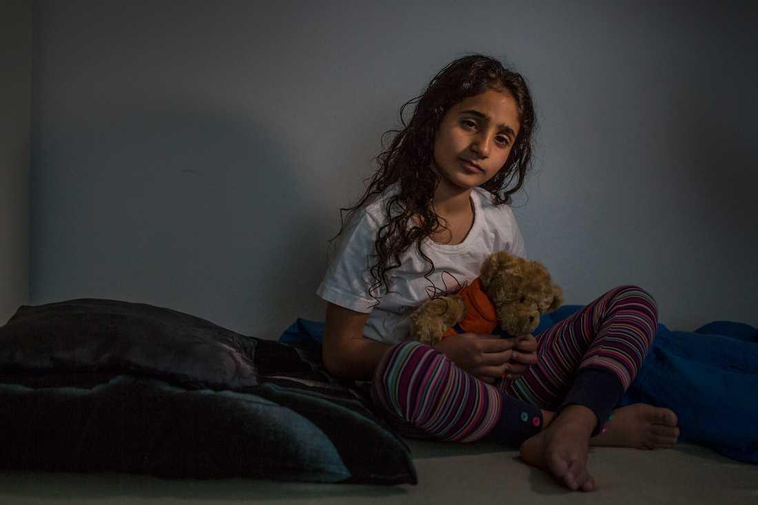 Ahlam 8 år med nallen som hon fick ombord på gula båtarna vid räddningsinsatsen för 6 månader sedan.