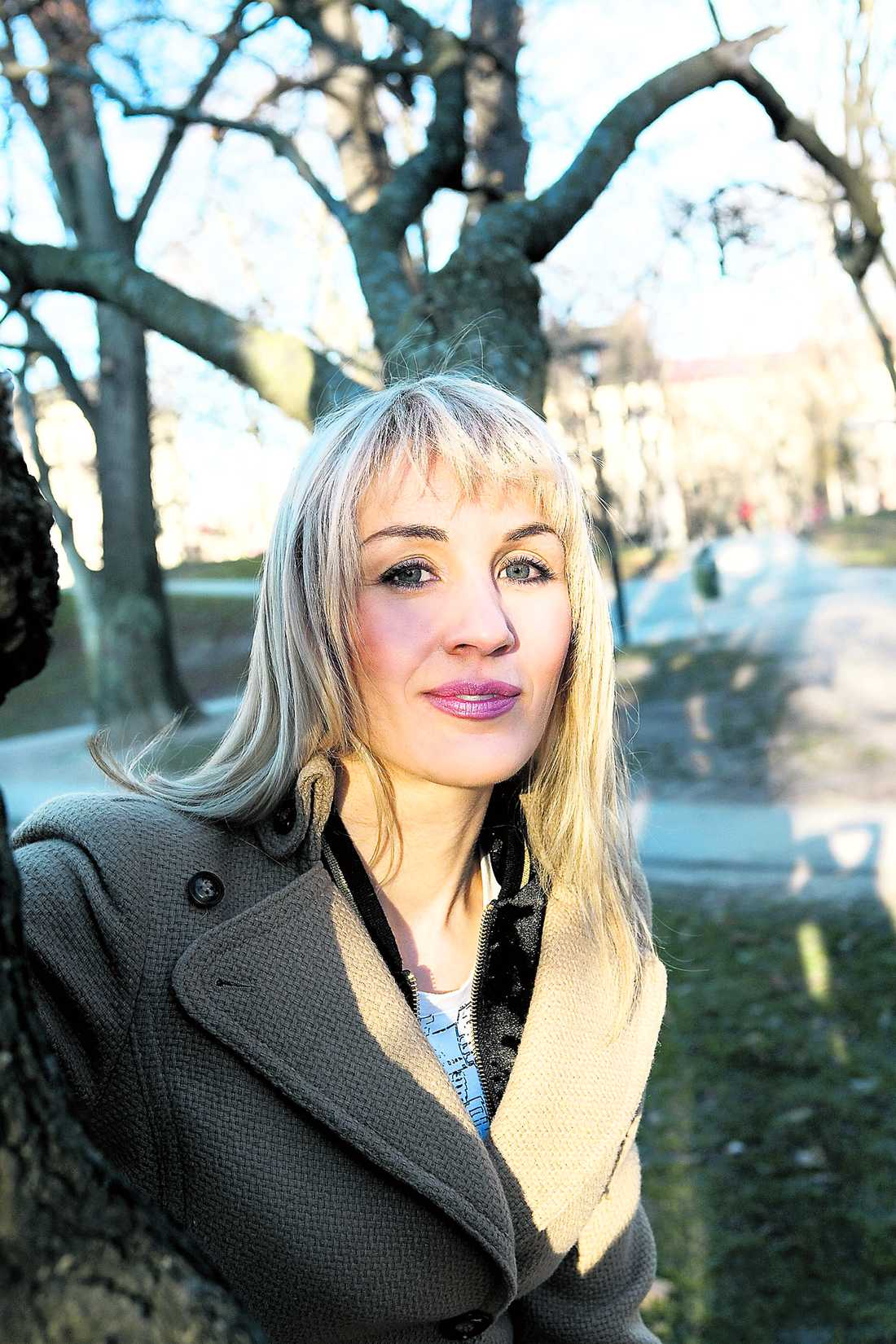 """Bilderna på Åsa Vilbäck, endast iklädd trosor och en svart genomskinlig negligé, togs efter att hon varit med i """"Robinson"""" 1997. Nu publicerar tidningen Café bilderna igen – utan att ha frågat Åsa."""