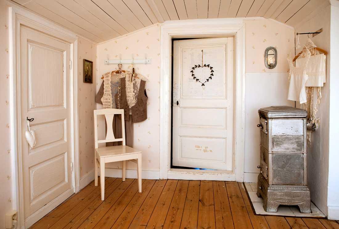 SOVRUMMET. För att ge en vision av högre tak i sovrummet målades det vitt. På galgarna till vänster hänger utvalda klädesplagg, som Mari tycker passar just där.