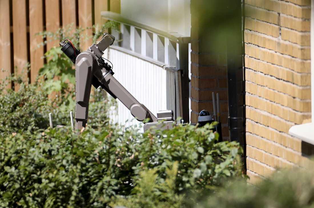 Bombrobot på väg in i ett trapphus i samband med att ett flerbostadshus i stadsdelen Rosengård i Malmö evakuerades.