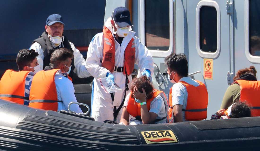 Migranter tas om hand i Dovers hamn i förra veckan. Arkivbild.