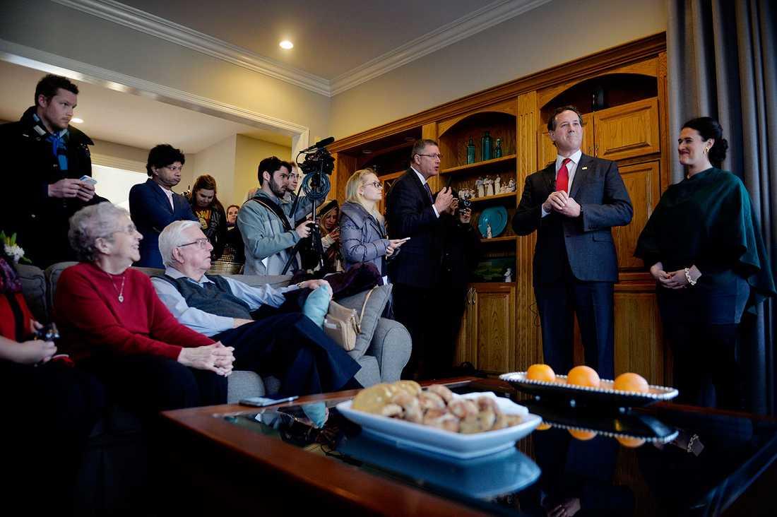 Rick Santorum beundrar hemmet en kort stund, innan han börjar berätta för de samlade varför han kan vinna Iowabornas hjärtan igen.