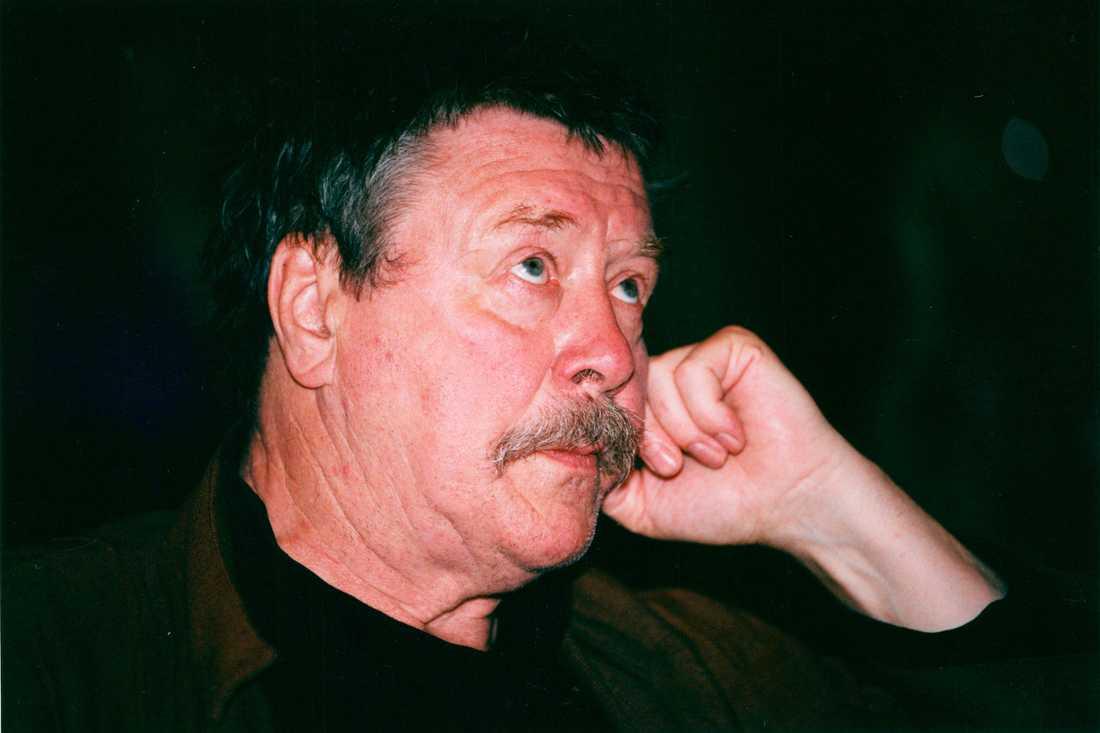 Måns var son till den framgångsrika svenska skådespelaren Allan Edwall.