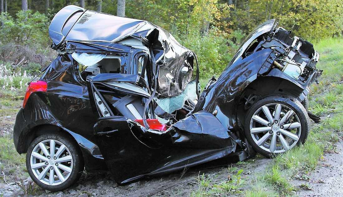 Bilen sedan den tagits loss från trädet. Mannen som satt i fördes till Akademiska sjukhuset för en rutinkontroll.