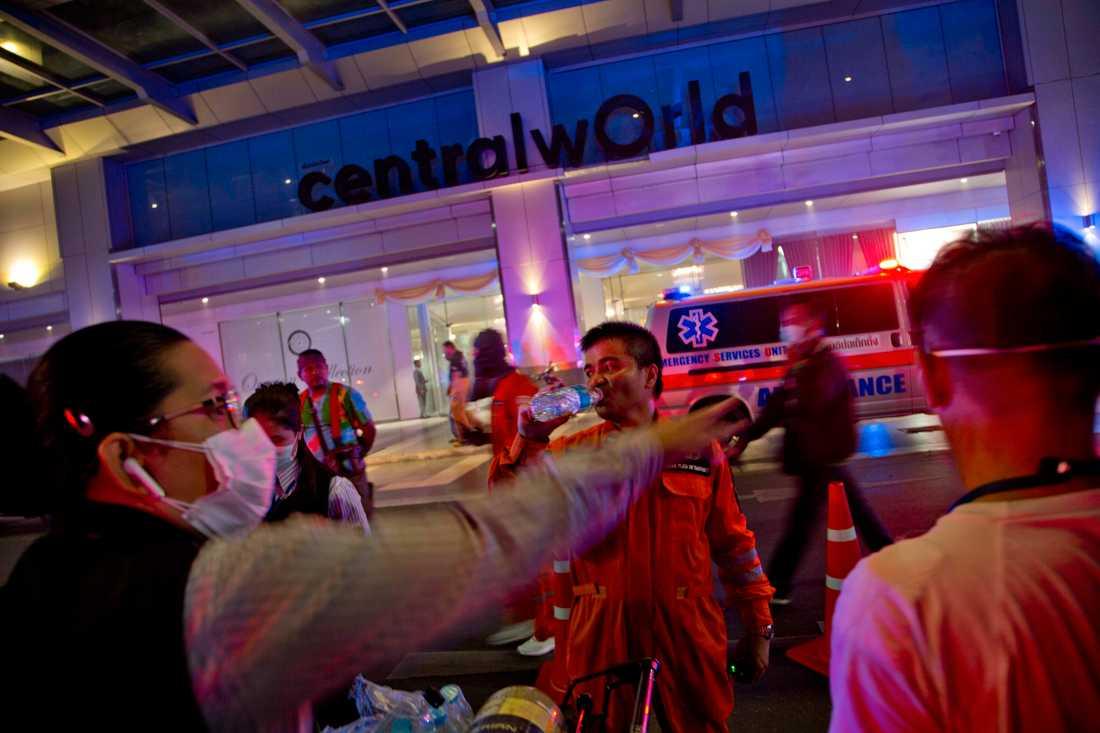 Räddningsarbetare utanför Central World Mall i Bangkok.