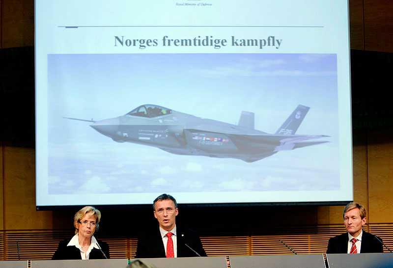 Jens Stoltenberg och Anne-Grete Strøm-Erichssen meddelar beslutet att amerikanska Lockheed Martin vunnit upphandlingen.