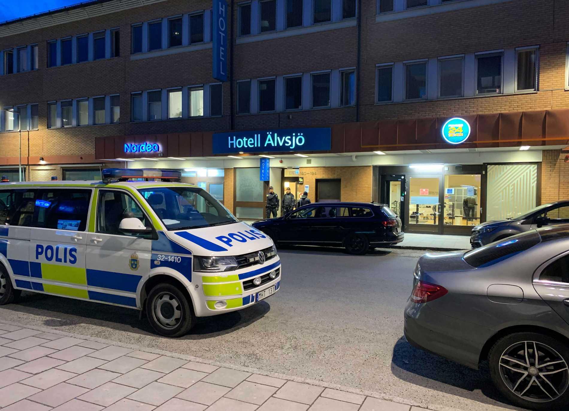 Polisinsats vid hotell i Älvsjö, Stockholm, på onsdagskvällen.