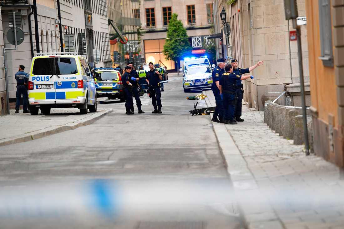 Polisen arbetar innanför avspärrningarna efter att flera personer knivhuggits i Kungsträdgården och på Västra Trädgårdsgatan i Stockholm. En person är gripen efter händelsen.