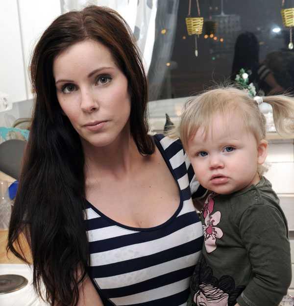 """I dag är kvinnor som plastikopererar sig och gör skönhetsingrepp rättslösa. """"Klinikerna vill bara tjäna pengar. De skiter i resten och bryr sig inte om resultatet eller hur vi mår"""", säger Alexandra Karlsson, 25, med dottern Juni 1,5 år. Hennes PIP-implantat har spruckit och läcker och hon har flera silikonknölar. Men hon har inte råd att byta ut bröstimplantaten, eftersom det kostar henne närmare 20 000 kronor."""