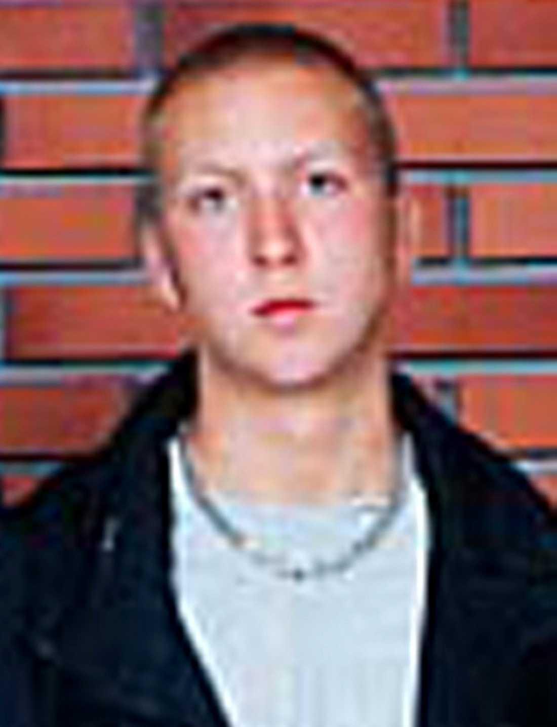 Gick till attack Kriminalvården påstod först att den misstänkte mördaren Erik Ljungström, 28, eskorterades av två vakter till rastgården. Men nu bekräftas det att den 24-åriga kvinnan var ensam med honom. Ljungström överföll henne bakifrån när hon skulle låsa upp dörren – och slog ihjäl henne.