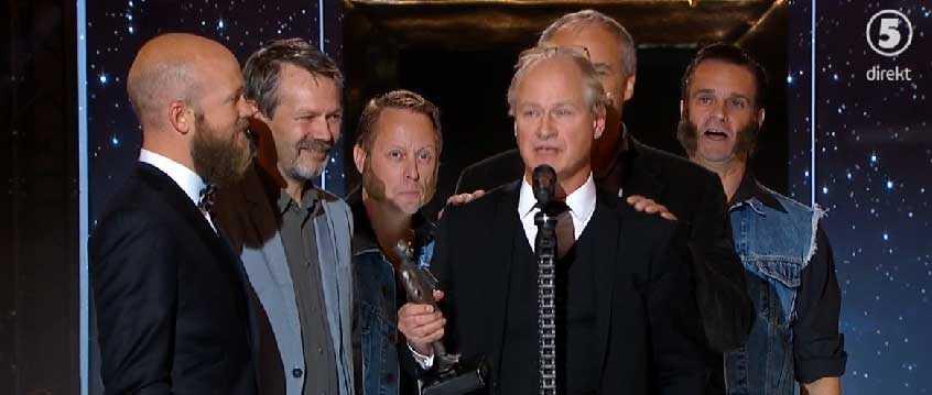 """Robert Gustafsson och Johan Rheborg (skymd) tar emot priset för bästa humorprogram, """"Morran och Tobias"""". Prisutdelare: Ronny och Ragge."""