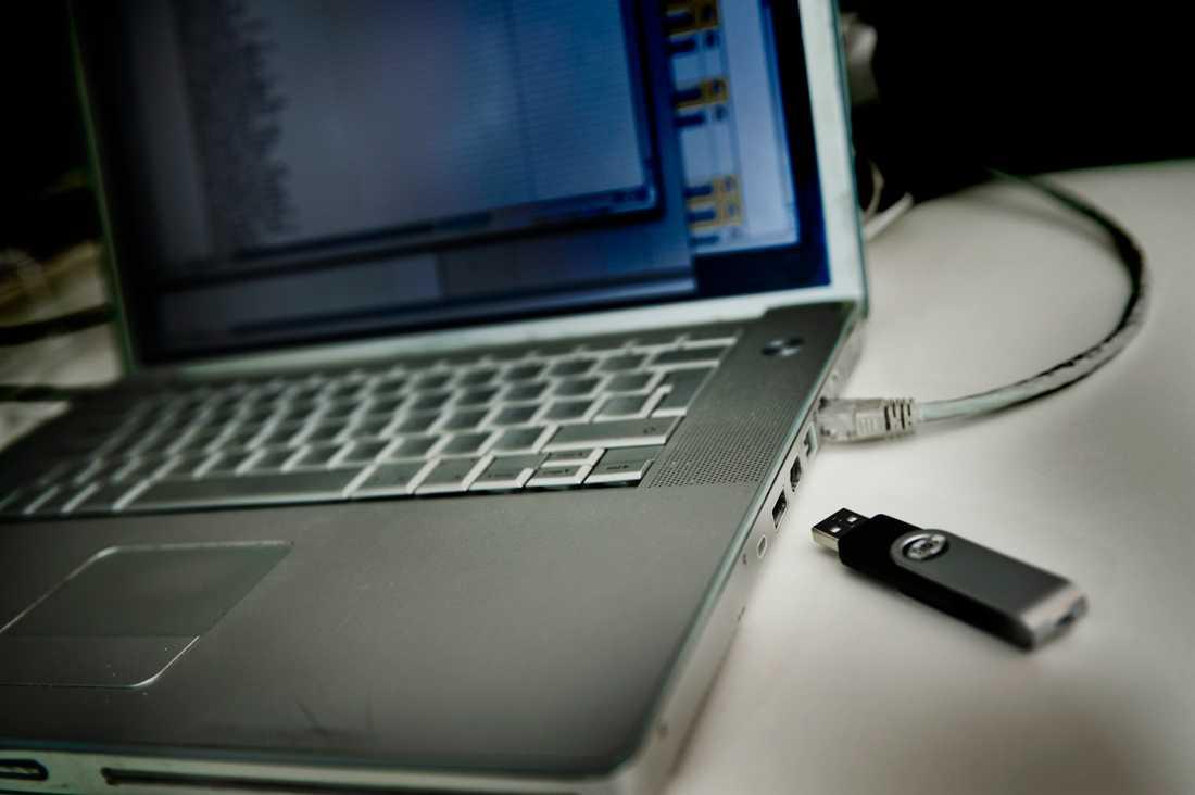 En högt uppsatt chef anklagas för att ha kopierat topphemliga dokument på en USB-sticka.