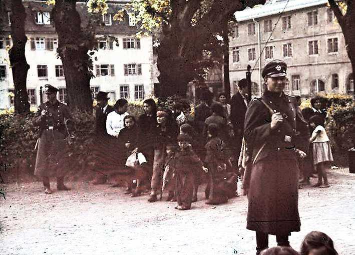 Romer deporteras från den tyska staden Aspberg 1940. I Tjeckoslovakien blev det nazistiska folkmordet på romer närmast totalt.