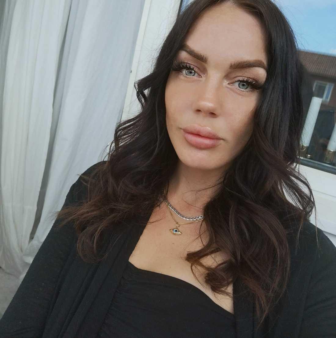 Amanda, 26, åtalas för att ha lagt ut bild och namn på mannen som hennes sambo pekade ut som sin mördare.