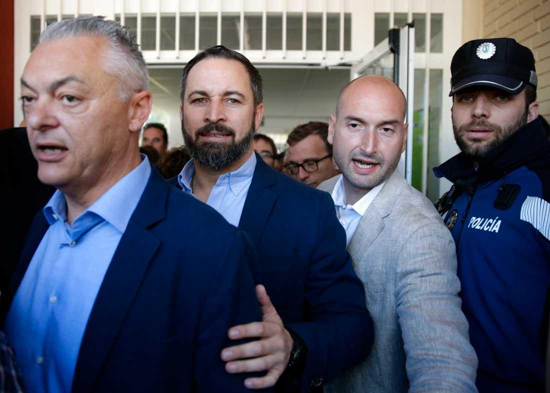 Vox partiledare Santiago Abascal (tvåa från höger) lämnar vallokalen efter att ha lagt sin röst i parlamentsvalet.