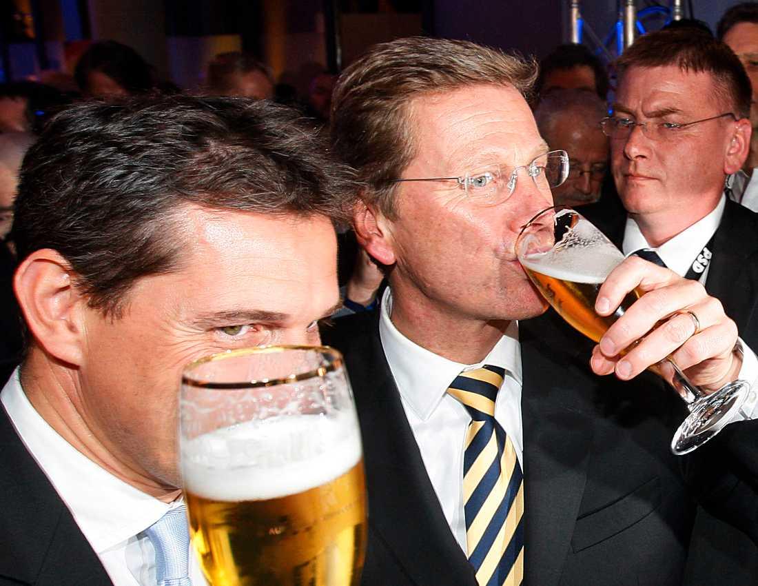 FDP-ledaren Guido Westerwelle till höger firade segern i natt med sin partner Michael Mronz.