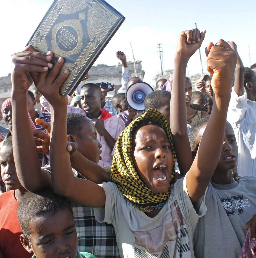 Somaliska ungdomar i en demonstration mot den islamfientliga filmen i Mogadishu. MOHAMED ABDIWAHAB/AFP