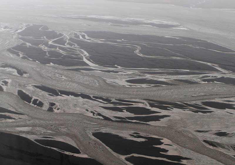 Aska och smältvatten drar fram från vulkanområdet.