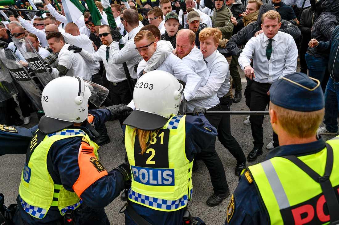 NMR i bråk med polis vid en demonstration i Kungälv på första maj 2019.