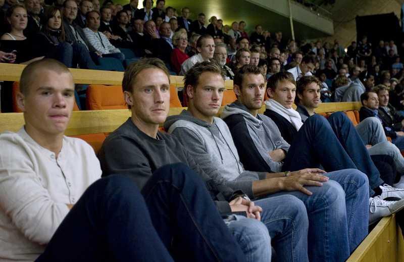 Delar av det svenska fotbollslandslaget satt på läktaren och såg Jonas Björkman förlora mot Juan Monaco, Argentina. Samuel Holm n, Andreas Johansson, Andreas Granqvist, Andreas Isaksson, Kim Källström och Johan Elmander.