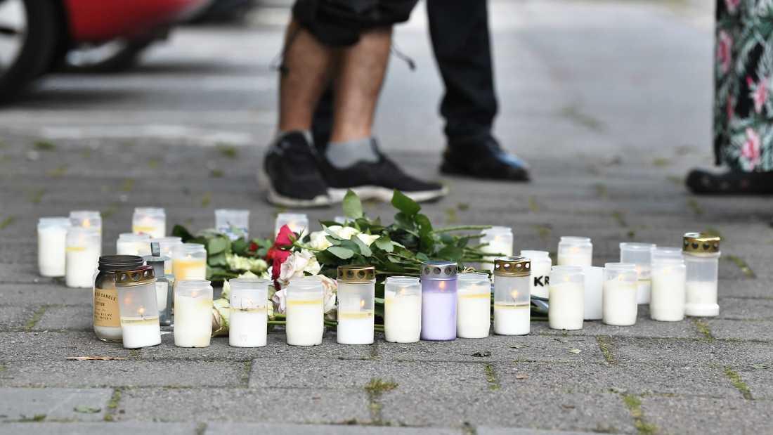 Blommor och ljus på platsen där en 30-årig kvinna sköts till döds på öppen gatan i stadsdelen Ribersborg i Malmö. Arkivbild.