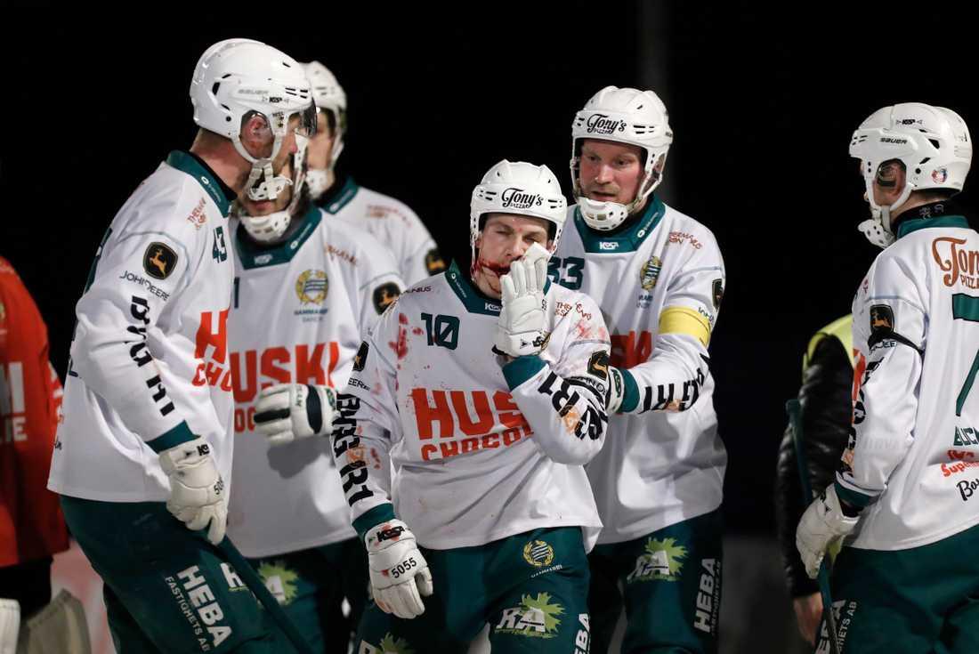 Hammarbys Ted Bergström blödde ymnigt från munnen efter att ha fått AIK:s Johan Willes skridsko i ansiktet.