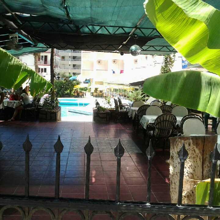 Poolområdet och den intilliggande restaurangen.