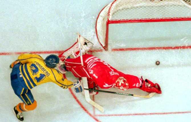 STRAFFEN OS-finalen 1994. Forsberg mot den kanadensiske målvakten Corey Hirsch. Och som han lurade sin motståndare i straffläggningen.